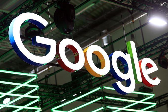 painel suspenso com a transcrição Google. O fundo da imagem é na cor preta e a palavra Google está colorida. a letra g está em detalhe em branco e azul, O em vermelho, O em amarelo, G em azul, L em azul E em vermelho