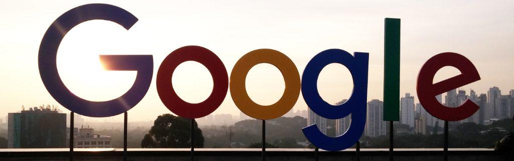 logo do Google ao ar livre com um lindo por do sol na cidade de são paulo