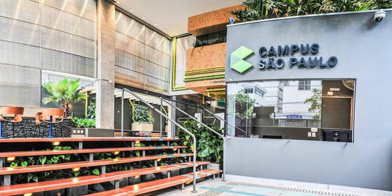 entrada do campus do google em são paulo. Ela apresenta paredes cinza e detalhes em verde
