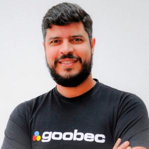 Foto do Daniel Santos,Gerente de Conhecimento e Desenvolvimento Goobec. Daniel veste um blusa preta, escrito Goobec. Ele tem pelo clara e tem barba.