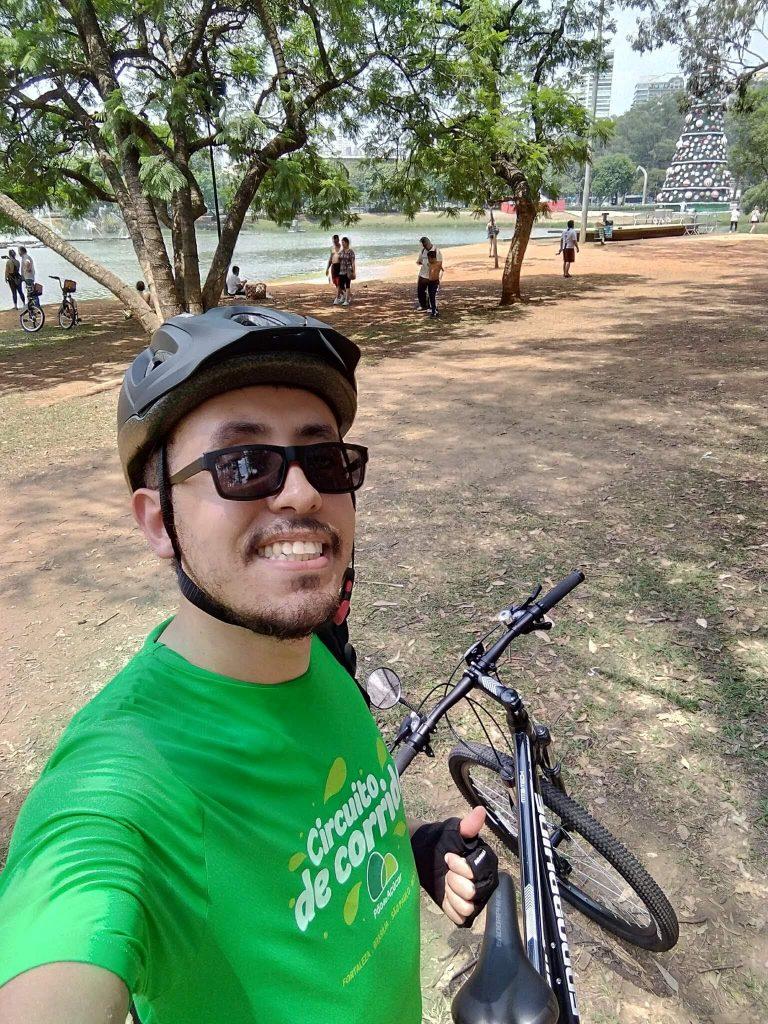 Gladson Angelo durante um pausa de um passeio de bicicleta.