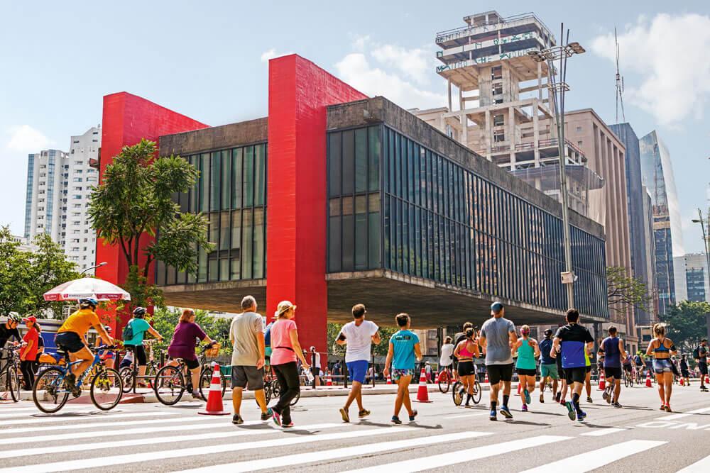 museu Masp na avenida paulista em um dia de domingo, quando a avenida é fechada permitindo que a população possa usá-la para fazer caminhadas e esportes, como andar de bicicleta ou de patins.
