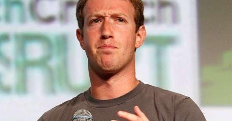Na foto, Mark Zuckerberg,fundador do Facebook, veste camisa cinza e demonstra uma expressão facial de estranhamento.