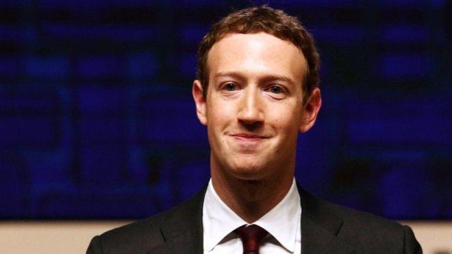 Ba foto, Mark Zuckerberg, CEO e fundador do Facebook, veste terno e gravata e está com um sorriso contido