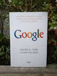 Capa do livro Google: A História do Negócio de Mídia e Tecnologia de Maior Sucesso dos Nossos Tempos, escrito por David A. Wise, Mark Malseed. A capa é branca e palavra Google está escrita em cores. G em azul, O em vermelho, O em amarelo, G em azul, L em verde e E em vermelho.