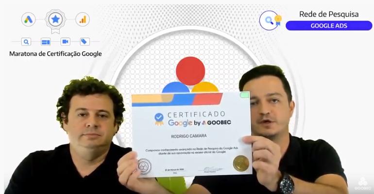 Rodrigo Camara segura um certificado impresso do Google by Goobec ao lado de João Dalla.